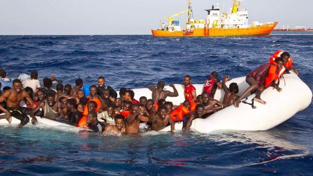 Migranti, un'altra tragedia in mare: salvati 108 profughi. Gommone affonda e porta con sé sei cadaveri